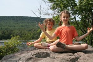 Blog yoga kids doing om